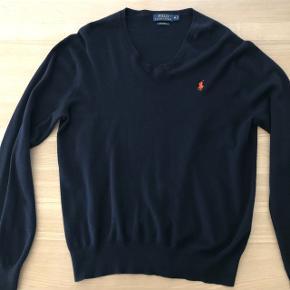 Sweater fra Ralph Lauren m. V-hals.Brugt få gange til golf, men kan også bruges til hverdag. Custom fit str. M. Condition 9/10. Nypris 900. Kan afhentes på Østerbro el. sendes.