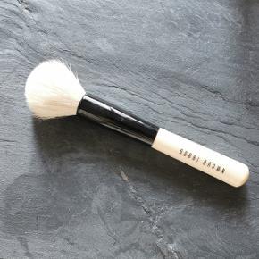 Denne kortskaftede børste har et stort blødt hoved, der er ideelt til påføring af Face Powder, Bronzing Powder og Blush.  Nypris: 380,-