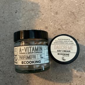 Ecooking A-vitamin Kapsler 48 stk. Der er brugt 12 kapsler - Serumkapsler med A-vitamin styrker hudens elasticitet, sætter gang i cellefornyelsen og forebygger tidlige aldersforandringer i huden. A-vitamin hjælper også huden med at bekæmpe bumser og arbejder intenst på pigmentering og giver en ensartet hudtone. Velegnet til alle hudtyper.  Ecooking Dagcreme 15 ml - Fugtgivende og plejende dagcreme, der reducerer fine linjer og forebygger alderstegn. Ecooking Dagcreme indeholder Hyadisine, som langvarigt bevarer fugten i huden og forbedrer hudens overflade og struktur. Samtidig styrker dagcremen kollagen og elastin i huden. 100% vegansk.  Sælges samlet