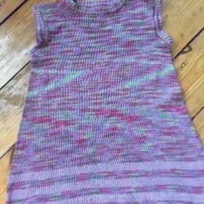 Hjemmestrikket kjole str 104 - fast pris -køb 4 annoncer og den billigste er gratis - kan afhentes på Mimersgade 111 - sender gerne hvis du betaler Porto - mødes ikke andre steder - bytter ikke