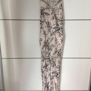 Skøn buksedragt fra Vila med det fineste blomsterprint 🌸