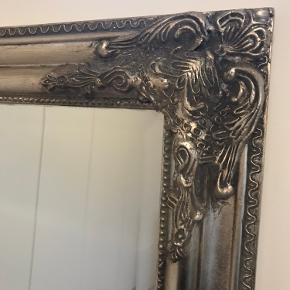 Rigtig fint spejl med sølvfarvet kant med krummelurer. Spejlet er 72 cm. bredt og 167 cm. højt.