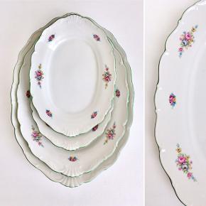 4 stk. romantiske serveringsfade, dekoreret med smukt blomstermønster og fin grøn kant sælges. De er gamle og er af tungt porcelæn.  De er i super flot stand trods alder, og har ingen skår eller afslag. Mål: Det største- L. 39 B. 27,5 H. 5,5 cm.  Det mellemste- L. 33 B. 25 H. 3,5 cm.  De to små- L. 26,5 B. 19 H. 3 cm.  For at give fornemmelse af størrelsesforhold- se sidste billede, hvor der er placeret en vindrueklase på det største og det mindste fad.  Priser:  Det største- 150,-kr.  Det mellemste- 135,-kr.  De to små- 125,-kr. pr. stk.  Sælges gerne samlet.  Se også mine mange andre ting og sager😊- klik på mit navn/ profilbillede, for at se alle mine ting.