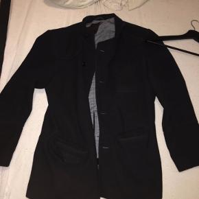 Sælger denne super dejlige jakke da den desværre er blevet for lille til mig, den passer 177-185 +/- alt efter hvordan man Den er okay brugt men har ingen store skader, andet at i højre lomme er der hul i så man kan ikke putte ting i den lomme.   Den kostede for ny 1200 ,-    Bliver vasket inden salg.