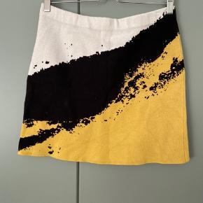 Flot mønstret nederdel fra Weekday i str M sælges. Fremstår i rigtig god stand og uden store tegn på slid. Nederdelen er tætsiddende