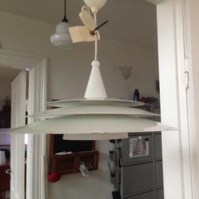 Hvid lakeret lampe med lidt brugsspor. Ø 45 cm.