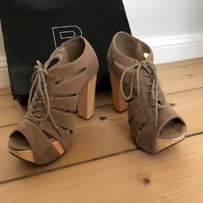 Sandaler fra Bianco lækre til sommer og sommerfester.  Sandaler kan snøres ind og derfor fungerer de også på en smal fod.  Hælhøjde: 12 cm, men med plateau.   Bud modtages også.   Bud modtages også.