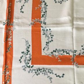 Ældre hvid dug med mønster i orange og grønt. Plantemotiv. 1,35 x 1,35 cm. Nyrenset. Fin stand.  Jeg sælger også bl.a. vintagetøj + unikke ting til hjemmet, og jeg giver mængderabat.