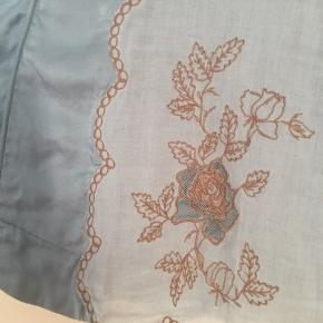 Så smuk top i silke samt bomuld. Den er smuk lyseblå. Feminin og rå på samme tid.  Har samme til salg i cremefarvet (dog str 38)