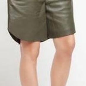 Raiine armygrøn lædershorts med elastisk talje, large, aldrig brugt med prisskilt på . Den sorte farve er solgt. Farven ses mere tydeligt på foto 2 men som den første billede model.