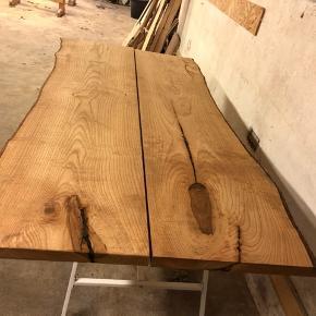 Sælger dette bord for mine forældre, det det ikke lige var deres smag alligevel og ønsker åbenbart et der er større istedet for.  De købte det for 7500,- Bordet er lavet af ask  Bordet måler: 210cm i længden 90cm i bredden  Skriv pb hvis du er interreseret!