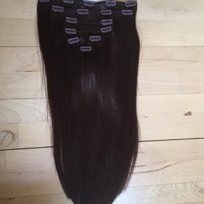 Clip in extensions fra MYEXTENSIONS  - 50 cm  - 150 gram - Farve nr. 2 Mørkbrun  Prøvet på og stylet en enkelt gang. Produkter er ikke brugt på håret og det er heller ikke vasket.