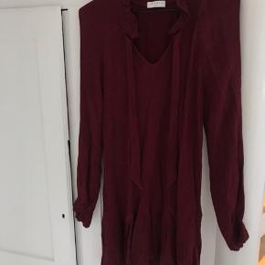 Super smuk mørkerød kjole fra Sandro Paris. Sælges desværre efter den ved et uheld er krympet i vask. Fitter nu en str. 32-34  Købspris: 2400 kr