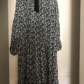 Virkelig fin kjole fra Birgitte Herskind, med underkjole. Kjolen har bånd som man kan binde en sløjfe eller blot en knude🌙 passes også af en 36