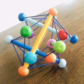 Manhattan Skwish rangle er et farverigt og udviklende legetøj, som udfordrer barnets sanser. Kan bøjes og formes, men finder altid tilbage til sin oprindelige form. Perfekt underholdning til barnet i barnevognen eller bilen.   Anbefalet alder: Fra 3 mdr.