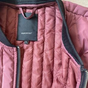 Flot lang jakke. Farven er et sted mellem rosa og vinrød🌸Kun prøvet på et par gange.