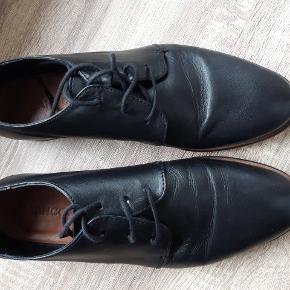 """NEDSAT.. Lækre læder """"buisness"""" snøresko med rigtig god pasform. Skoen sidder godt på foden, og grundet materialet i læder får foden """"plads"""" og mulighed for at ånde. Sælges kun pga forkert størrelse."""