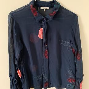 Fineste Ganni skjorte, som kun sælges da jeg desværre ikke kan passe den endnu efter min graviditet. Har kun været i brug enkelte gange.