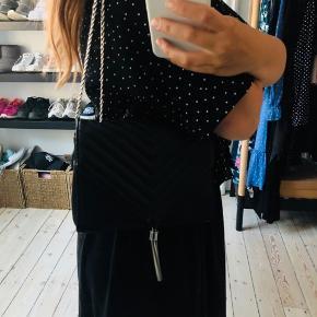 Fin sort taske fra Gina Tricot med magnet lukning og sølv detaljer. Den kan bæres crossbody eller over skulderen 🌸