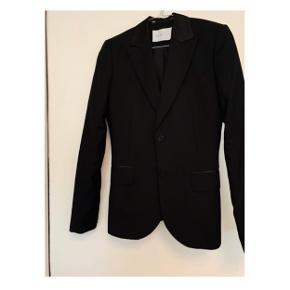 Sort selected femme blazer størrelse 36  Selected femme sort top i størrelse 38.   Delene sælges samlet til 100kr