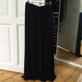 American Vintage - str. S Nederdelen er lang og smuk med flotte åbninger i begge sider.  Brugt én gang - standen er som ny. Sælger da jeg ikke for den brugt.  Nypris 900kr. Sælges for 400kr.