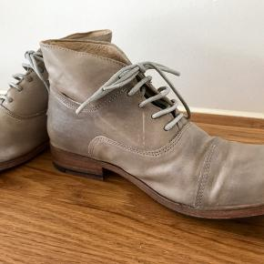 Lækre støvler fra luxusmærket ZEHA BERLIN. Støvlerne er aldrig brugt og kostede ca 2000. Superkvalitet og pasform - farven er gråbrun og lidt til den store side.