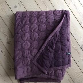 Mega dot sengetæppe fra HAY.  Måler 180 x 235.  Har mest ligget under sengen de sidste par år, og har ingen synlige pletter eller mærker.