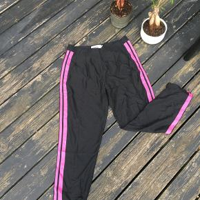 Pants black & pink  Black & Pink Pants comfy pants for everyday use. Great to use both for sports or as cozy pants at home.  Great condition and material  Brand: moves