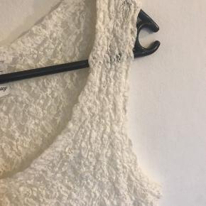 Råhvid Lækker stretch top Materiale anvisningen er tager ud. Brystvidde ca 41 cm giver sig Længde fra øverst skulder og ned ca 60 cm Den er ikke forvasket, den skal se sådan ud.  Bytter ikke og sender med DAO