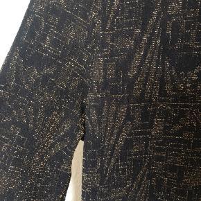 Guld og glimmer kjole i stretch stof som sidder tæt - en rigtig behagelig partykjole ✨⚡️har også en fin slids i den ene side som går til midt på låret