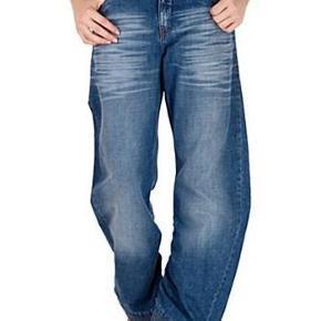 """Her byder du på en cool og meget detaljerig let baggy kort jeans med lynlåse ved anklerne og let rynkeeffekt fra Only style: oak light   Str. 32""""/32""""  Materiale:  Bomuld  Mål:  Livmål(fast lining): 2 x 46 cm  Hel længde: ca. 99,5 cm  Indvendig benlængde: ca. 66,5 cm  Talje til skridt: ca. 28 cm  Stand: brugt 6-8 gange og vasket 3. Kunne godt gå for NSN. Billede 1+2 er modelfotos taget fra nettet. Billede 3 og 4 er af mine.  --------------------------------------------------------- ---------------------------------------------------------  Priside: 200kr plus porto eller BYD!  Porto med DAO  Bytter ikke!  ** Se også alle mine andre annoncer med tøj og sko - Tøj: str. 34-50 Sko/støvler: 36-41 desuden tasker, smykker, tørklæder, bælter o.m.a.**  *** Klik på mit brugernavn for at se samtlige annoncer ***  ********************************************  ****************** OBS **********************  **** VÆLGER KØBER IKKE FORSIKRET FORSENDELSE *****  ********* KØBES INDLEVERINGSATTEST ************  ********************************************  💚🌸💚Fedeste jeans med lynlås v. anklerne - se mål   2 fotos Farve: Lys denim wash"""