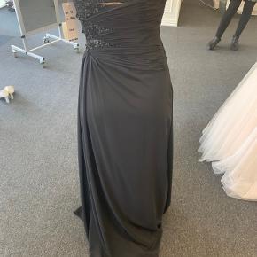 Utrolig smuk lang kjole. Det var et impuls køb så den er aldrig brugt. Den er heller ikke blevet syet eller noget som helst. Kjolen har kun to lag, så den kan sagtens bruges selvom det er sommer!  Jeg er 168 cm høj