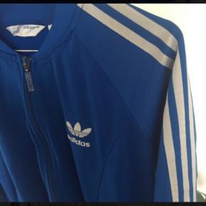 Klassisk Adidas bluse med lynlås og lommer. Den hedder en str 42, men jeg er str38 og har brugt den som oversize sweatshirt.