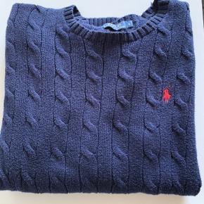 Polo Ralph Lauren sweater sælges.  Den er købt i julen 18, dog er den for lang og jeg kommer af denne grund aldrig til at bruge den. Den er brugt to gange og fejler absolut intet   Ny pris 1.200,-