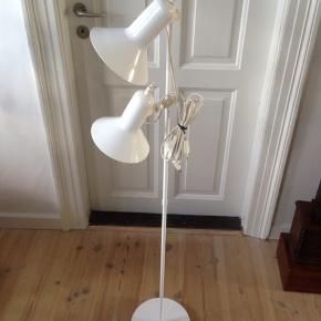 Fin hvid Retro gulvlampe står som ny.