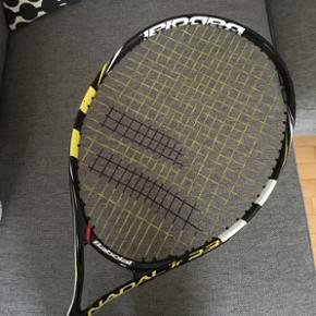 Junior tennisketcher - som ny,brugt 1 1/2 måned. Der skal ny tape på som det eneste.