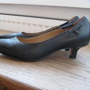 Smuk stilfuld sko brugt en enkelt gang til bryllup. 3 cm hæl. Nypris 1700