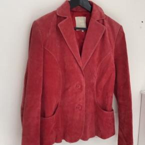 Fin vintage fransk ruskinds blazere i den flotteste rød.  BYD endelig.