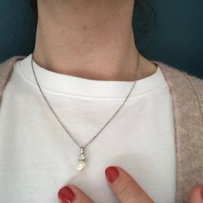 Aagaard 14 kt hvidguldsvedhæng m.3 diamanter og ferskvandskulturperle. BNH kæde 14 kt. Hvidguld - 50cm. Sælges KUN samlet. Certifikat haves ikke længere.