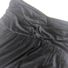Den lækreste blødeste sommerkjole fra Gina Tricot str. M, i sort. Så blødt et materiale, at det føles som om du ikke har tøj på. I forhold til længde, er jeg 165 cm og den går mig lige over knæet, først på låret, som ses på billede 4. Aldrig brugt. Jeg sender gerne.