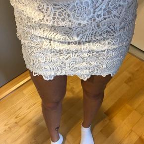 Hvid blonde nederdel