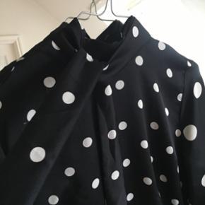Prikket h&m skjorte med bindebånd, som både kan bindes foran og bagpå. Str m, men den er lidt lille i str.