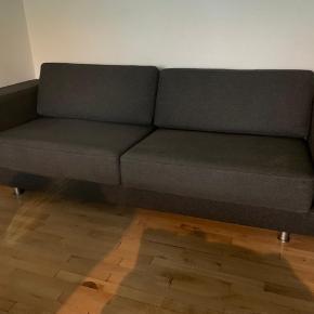 Meget velholdt Erik Jørgensen sofa i koksgrå uld.  Med stål ben, og løse puder. Meget komfortabel sofa...  EJ 660-3 H:66,5cm B:236cm. D: 95cm.