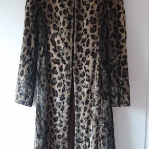 Figursyet Karen Millen leopard fake fur med lammeskindskrave og chokoladebrunt satinfór. Lukkes med hægter ned foran og har sidelommer.  Passer en str. 36/small (med mindre brystmål!), men check venligst mål: Længde: 108 cm Ærmegab til ærmegab: ca 44 cm Skuldre: ca 43 cm Talje: 2 x ca 38 cm  Lækker, smart og giver super god figur. Nypris 4000+ kr