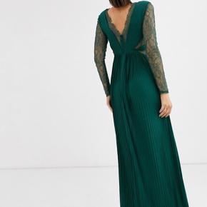 Smuk skov grøn / mørke grøn lang  fest kjole   Står str 40 i kjolen med den er lille i str passer mere en 38