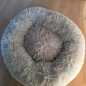 Blød hundkurv fra Totteland  Til lille hund/kat  Har ligget fremme, men min hund vil ikke bruge den. Fremstår derfor som ny