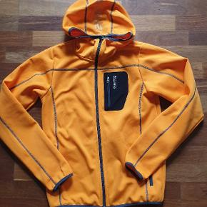Lækker hoodie med lynlås fra 8848 Altitude. (Mærket kan desværre ikke findes på listen her på siden, derfor sat ind under SOS) Brugt få gange, rigtig fin stand. Skøn, varm orange farve. Størrelsen hedder 170 cm, drengemodel, men kan bruges af begge køn😊 (Jeg er 172cm,  den passer mig fint👌) Nypris var 750 kr.