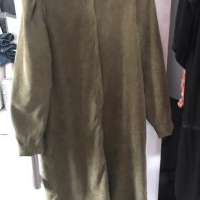 Brugt en enkelt gang. Skøn gennemknappet kjole. Der medfølger er bælte. # Sundaysellout#