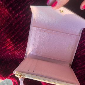 Louis Vuitton Victorine pung i Damier Azur.  Sælges da jeg ikke får den brugt længere.  Lidt misfarvning på knappen, svært at undgå da knappen er af læder, den kan skiftes til guldknap i Louis Vuitton mod betaling.  Nypris: 2.850 Medfølger: kvittering + dustbag + boks + pose.  Afhentes i Søborg eller København K