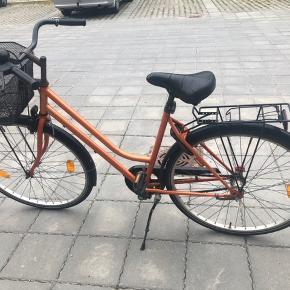 Vil bare gerne af med den, da jeg endelig har fået en ny cykel.  Kan afhentes gratis. Denne cykel har nogle år på bagen, hvilket man godt kan se på den. Den trænger til en kæmpe kærlig hånd: den skal have nye gear, da kablet til gearet på styret er sprunget. Den sidder 'fast' i det højeste gear pt netop pga. kablet er sprunget, men ellers har den normalt 3 gear. Så trænger den enten til en gang olie eller en ny kæde.